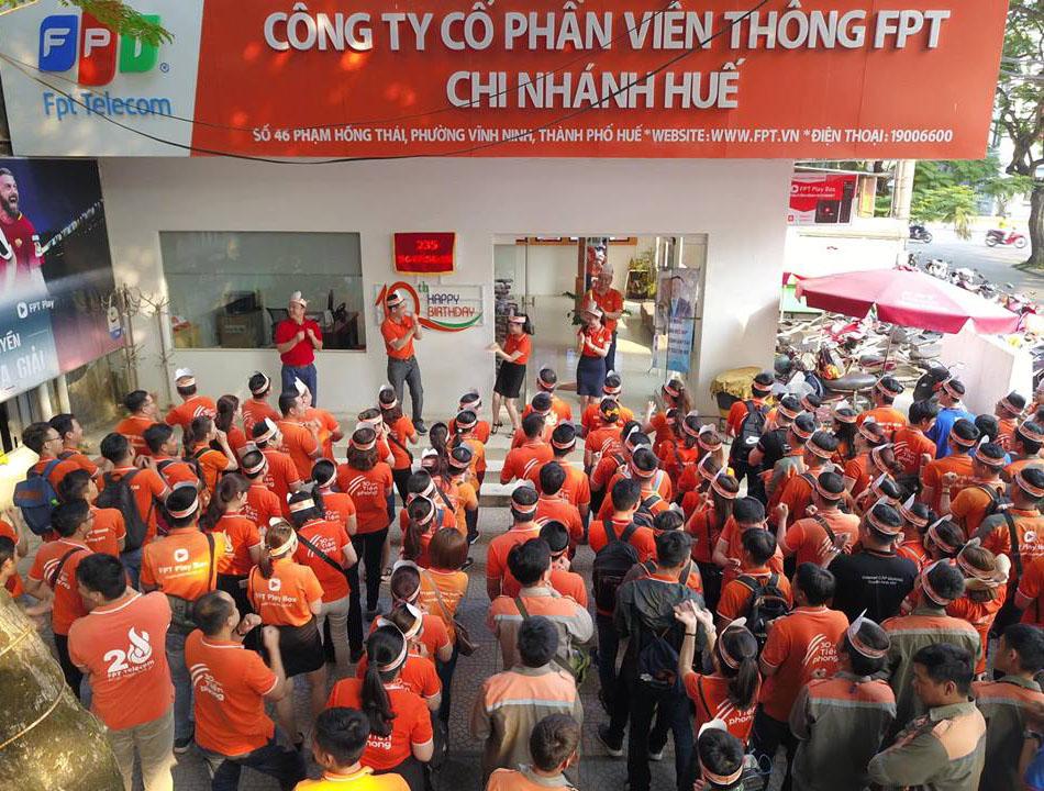Cuối tuần qua, FPT Telecom Huế đã tổ chức chương trình phát động thi đua kinh doanh toàn chi nhánh nhằm hướng đến kỷ niệm 10 năm thành lập. Tại trụ sở 46 Phạm Hồng Thái, hàng trăm CBNV chi nhánh Huế trong trang phục sắc cam được khởi động bằng những điệu nhảy sôi động và vui nhộn.