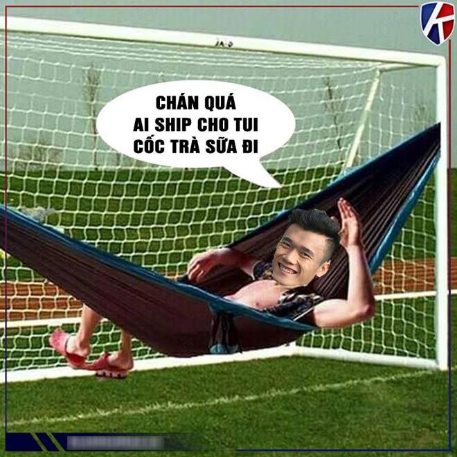 Người hâm mộ chế ảnh thủ môn của đội đương kim Á quân U23 châu Á nằm võng, gọi thêm ly trà sữa vừa nhâm nhi vừa nhàn hạ xem trận bóng, vì phần lớn thời gian trái bóng lăn ở phần sân đối phương