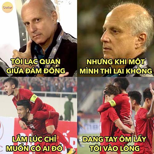 """Đêm qua, ở sân Mỹ Đình, HLV U23 Thái Lan Alexandre Gama trở thành """"Người lạ ơi"""" thật bất đắc dĩ."""