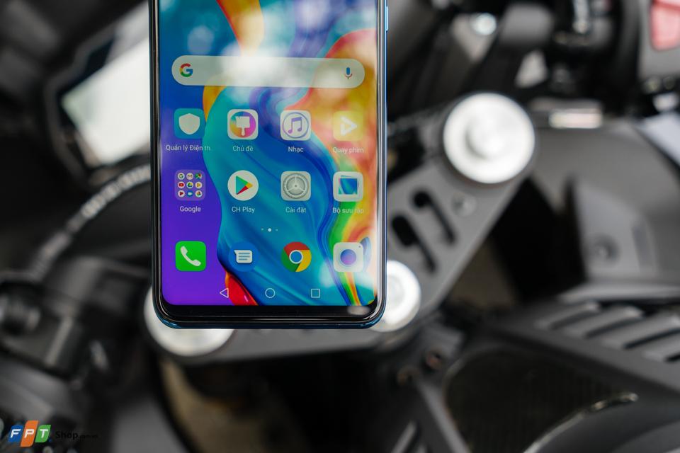 """Cũng từ nay đến hết ngày 2/4, FPT Shop tặng ngay combo quà tặng trị giá đến 7 triệu đồng cho những khách hàng """"đặt gạch"""" Huawei P30 Series. Đồng thời, khách hàng còn có thêm cơ hội nhận 20 phiếu mua hàng với tổng trị giá 1 tỷ đồng. P30 Series là tên gọi chung của P30 và P30 Pro - hai chiếc smartphone mới nhất đến từ thương hiệu Huawei.Huawei P30 có giá dự kiến 17.990.000 đồng với 2 màu Đen thạch anh (Midnight Black) và Xanh ánh cực quang (Aurora).Huawei P30 Pro: có giá dự kiến 23.990.000 đồng với 2 màu Xanh thiên thanh (Breathing crytal) và Xanh ánh cực quang (Aurora).Bộ đôi sản phẩm dự kiến sẽ lên kệ FPT Shop từ ngày 13/4."""