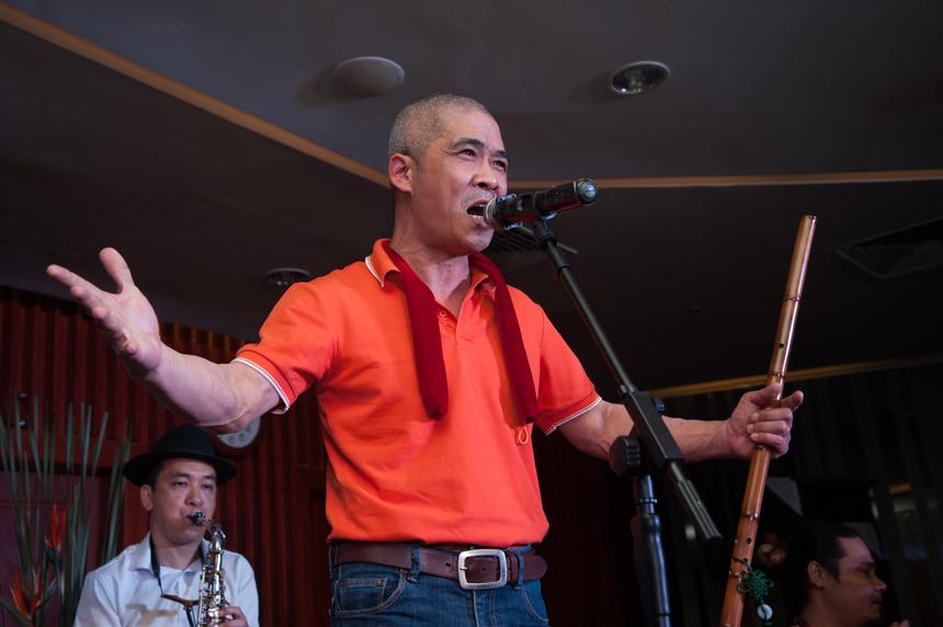 """Mở đầu chương trình, không khí lập tức được """"hâm nóng"""" với ca khúc STCo của nhạc sĩ Trương Quý Hải. Với những ca từ thân quen, gần gũi về người được gọi là """"đại bàng"""" của FPT, khán phòng bùng nổ trong những tràng pháo tay."""