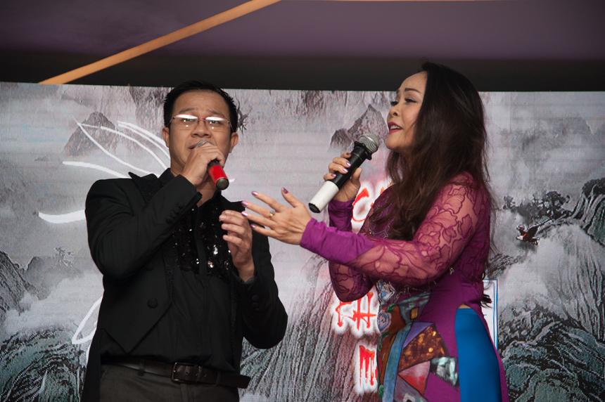 """Là người em, người bạn, người đồng cảm với anh Ngọc trong nghệ thuật, ca sĩ Thái Hòa và Hồng Hạnh xuất hiện trên sân khấu và mang đến 2 bản nhạc Trịnh """"Cát Bụi"""" và """"Diễm xưa""""."""