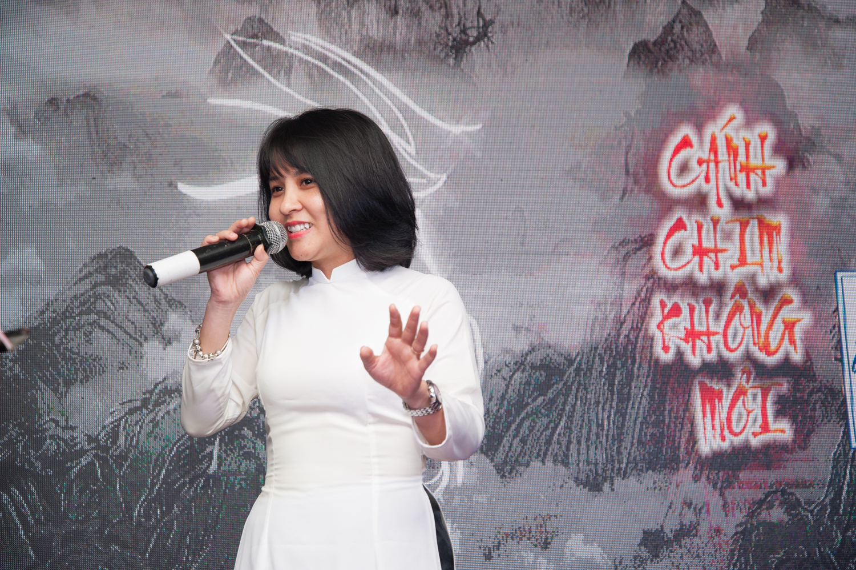 """Tô Thanh Hằng, giọng ca được mệnh danh là Diva của FPT Software, trong trẻo với """"Nguyệt ca"""" - ca khúc dành tặng phu nhân anh Ngọc, người phụ nữ đặc biệt quan trọng luôn đứng sau mỗi thành công của anh."""
