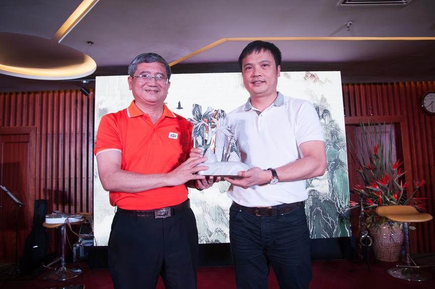 """Anh Bùi Quang Ngọc tặng món quà mang ý nghĩa """"tre già, măng mọc"""" cho tân TGĐ FPT Nguyễn Văn Khoa."""