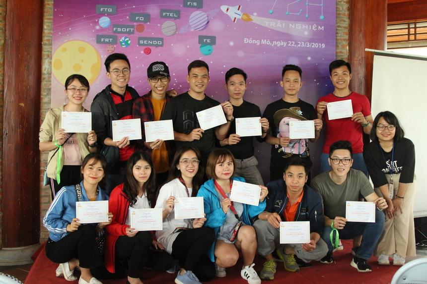"""Cuối chương trình, các học viên được BTC trao tặng chứng chỉ hoàn thành """"72h trải nghiệm"""" như một dấu mốc quan trọng đối với mỗi CBNV nhà F."""