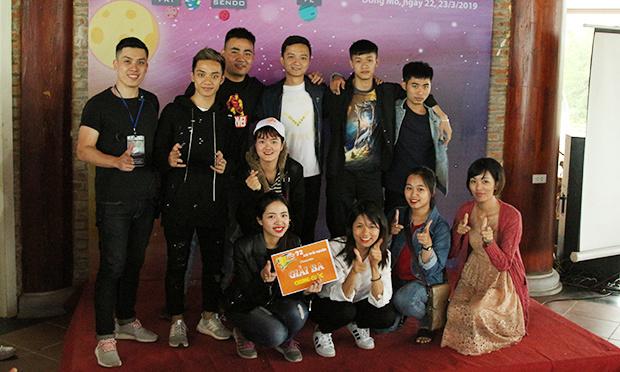 Đội Thổ Tinh nhận giải Ba với tinh thần vui vẻ, đoàn kết.
