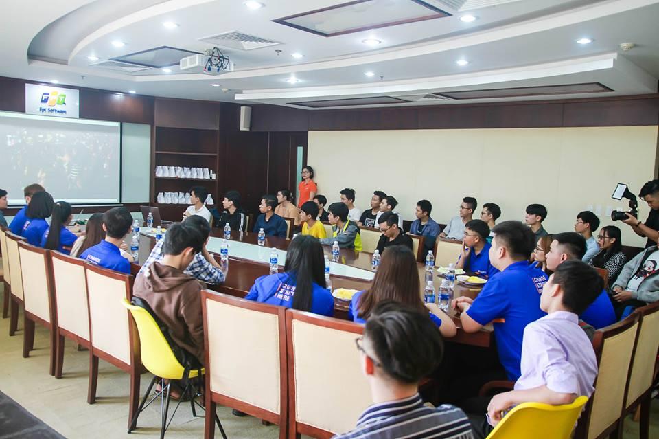 Rời khoang làm việc, hơn 50 học sinh và sinh viên tập trung tại phòng VIP, tầng 2 tòa nhà FPT Massda để tham gia talkshow cùng với lãnh đạo FPT DPS. Đoàn được xem một đoạn phim ngắn về khung cảnh làm việc và các hoạt động văn hóa của FPT DPS.