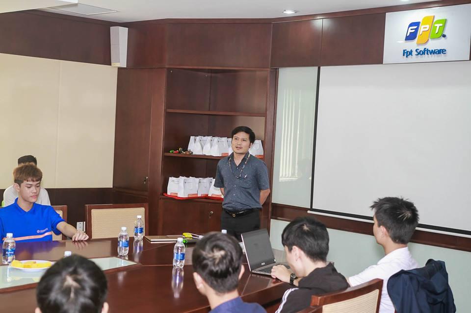 Anh Vũ Văn Đông, GĐ phụ trách sản xuất FPT DPS, chia sẻ về các dịch vụ chung mà đơn vị đang thực hiện. Anh cũng giải đáp một số thắc mắc về thu nhập, công việc, đặc biệt định hướng nghề nghiệp cho những sinh viên có nhu cầu thực tập và làm việc.