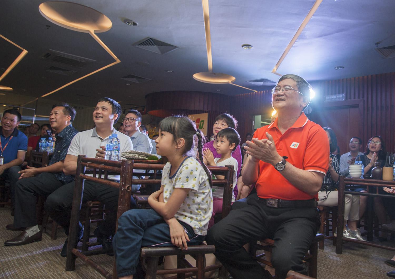 """Tối ngày 28/3, lễ chuyển giao vị trí Tổng giám đốc FPT giữa anh Bùi Quang Ngọc và Nguyễn Văn Khoa với tên gọi """"Cánh chim không mỏi"""" đã diễn ra tại tầng 13, toà nhà FPT Cầu Giấy, Duy Tân, Hà Nội. Nếu có ai nghĩ lễ chuyển giao vị trí TGĐ FPT sẽ là một buổi """"anh phát biểu, tôi chia sẻ"""" khô khan thì """"thật sai lầm"""". Có lẽ chẳng ai ngờ suốt 3 giờ đồng hồ diễn ra chương trình, cảm xúc lại đong đầy đến thế."""