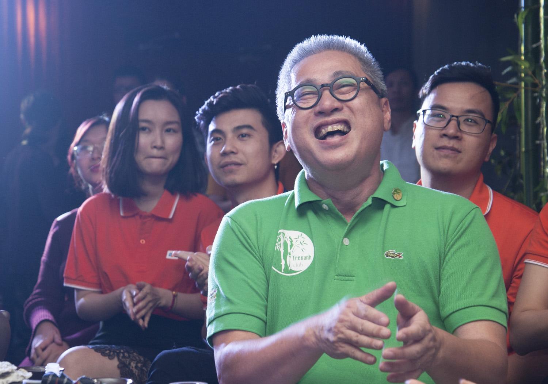 """Anh Lê Đình Lộc, nguyên Trưởng ban Văn hoá - Đoàn thể FPT, một thành viên hội """"Tre xanh"""", cười sảng khoái dưới hàng ghế khán giả."""