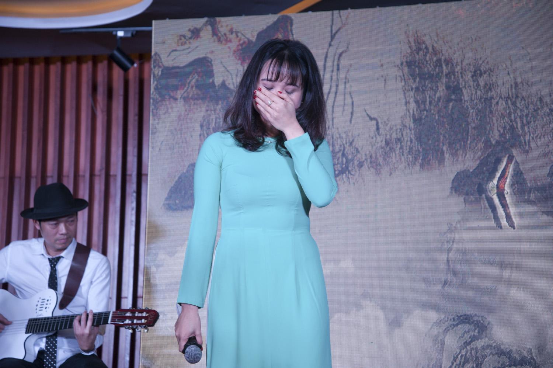 """""""Sai số"""" tiếp theo phải kể đến """"nữ ca sĩ"""" Phùng Thu Trang đến từ FPT Telecom. Trái với gương mặt lúc nào cũng tươi cười, chị Trang rưng rưng nước mắt khi cất giọng hát """"Một đời người, một rừng cây"""". Với chị, đây không chỉ là một bài hát mà là một câu chuyện chị muốn kể về vị lãnh đạo của mình."""