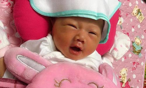 Chủ tịch FPT tặng quà 'cô bé OKR' ở Kiên Giang