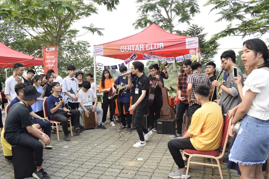 Bên cạnh đó còn nhiều hoạt động trải nghiệm hấp dẫn khác như học sinh được tham quan môi trường đại học hiện đại hàng đầu Việt Nam với khuôn viên rộng 30ha, cùng tìm hiểu ngành nghề với đội ngũ giảng viên ĐH FPT, hoà mình vào hệ thống gần 50 CLB và tận hưởng 30 gian hàng ẩm thực đa dạng.