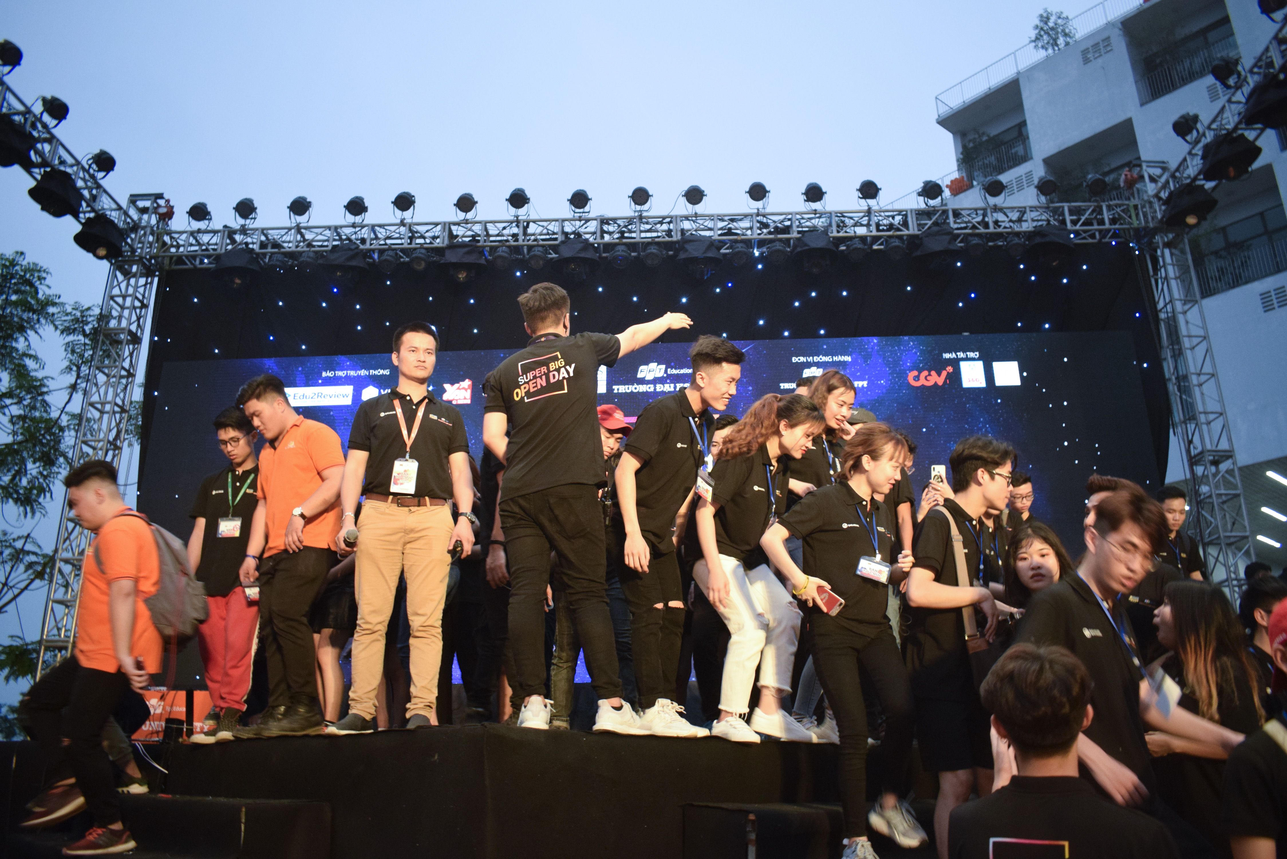 Thành viên BTC được họp mặt để truyền đạt và nhắc lại các phương án xử lý xấu nhất xảy ra khi các khách mời VIP xuất hiện.