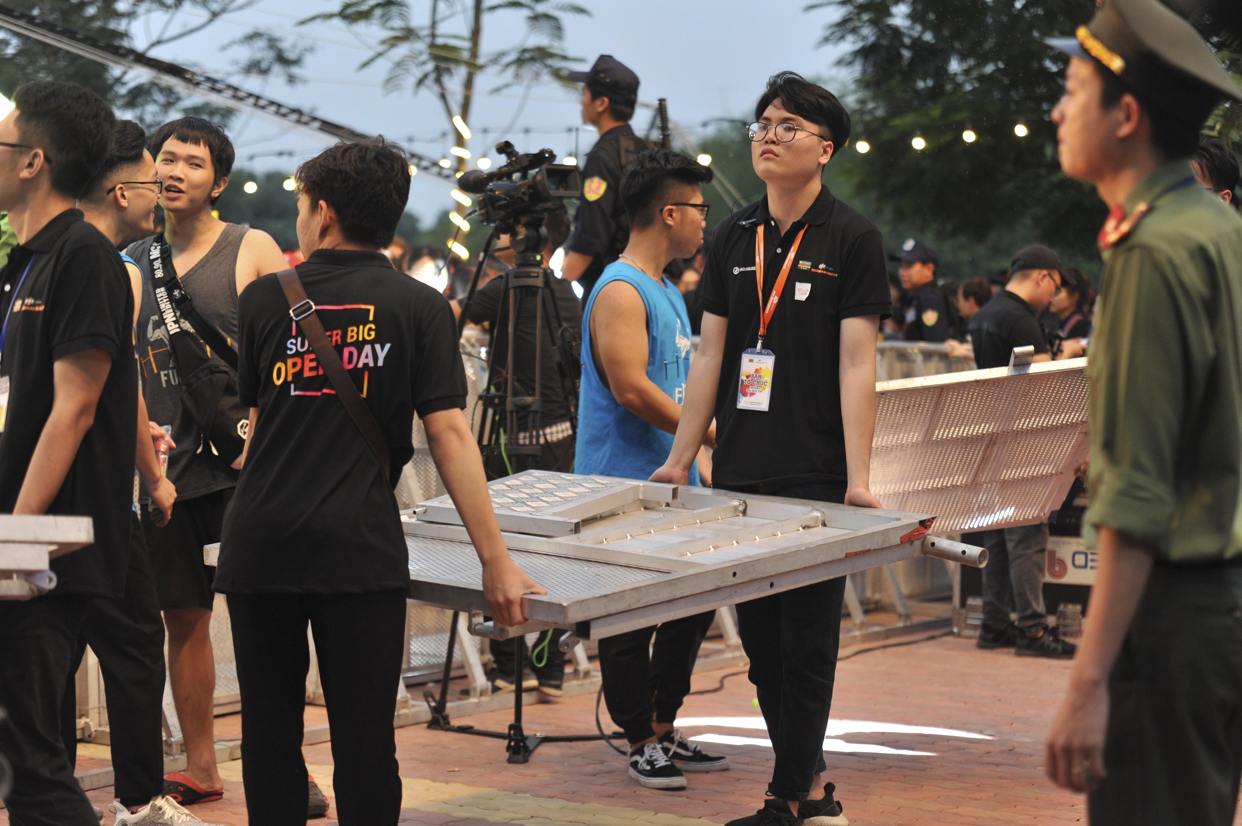 Trong quá trình trước khi đêm nhạc bắt đầu, BTC đã phải lắp thêm 1 hàng rào chắn đối với khu vực khán giả, do sức nóng của các khách mời là quá lớn.