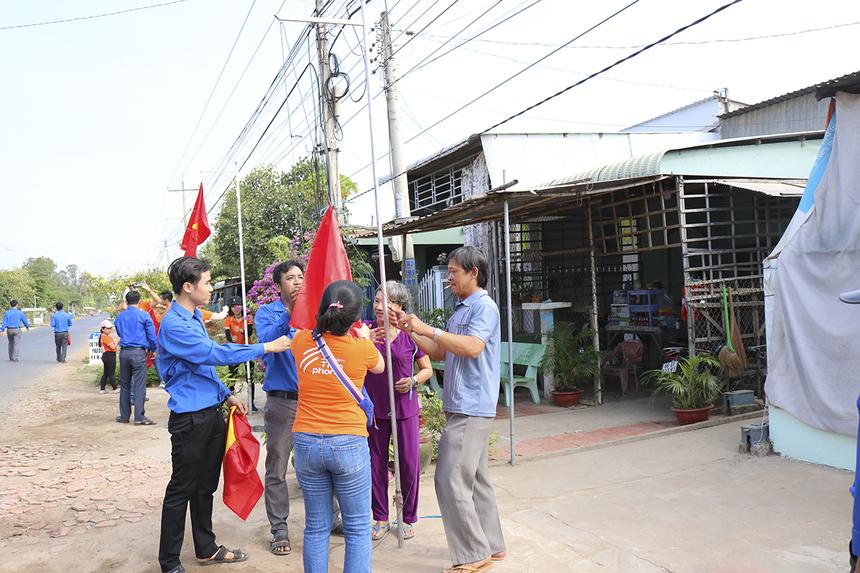 Nổi bật trong chuỗi hoạt động hướng về biên giới ở huyện Hồng Ngự là phần trao 1.000 lá cờ Tổ quốc cho 1.000 hộ dân ở địa bàn giáp biên giới Việt Nam - Campuchia. Cùng với các cán bộ Đoàn, những người nhà F đã đến nhiều hộ gia đình để trao và treo cờ. Nguyên đoạn đường dài nhuộm sắc đỏ như trong những ngày lễ lớn.