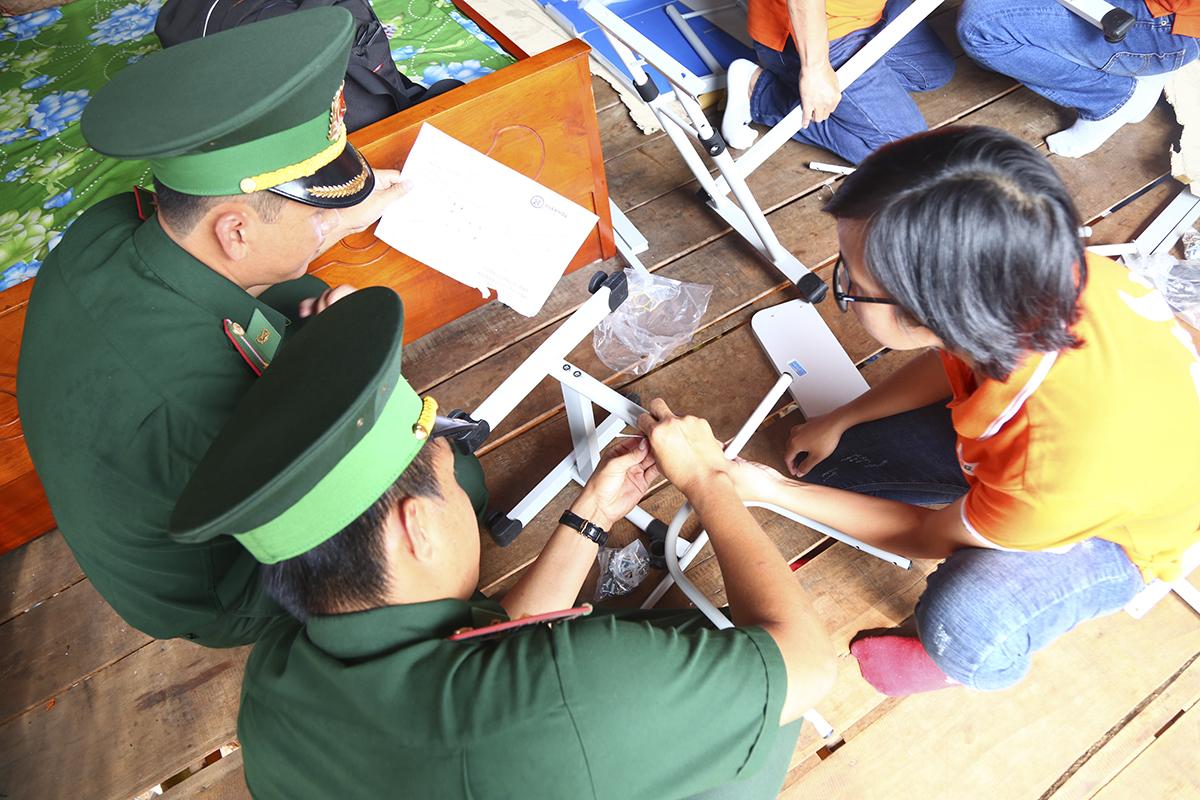 Hỗ trợ những thành viên nữ trong đoàn là các chiến sĩ bộ đội biên phòng cửa khẩu Thường Phước. Thiếu úy Nguyễn Văn Lộc mong mỏi FPT sẽ có nhiều hơn những hoạt động thiết thực, ý nghĩa như vậy đến đồng bào biên giới khi anh kể về cuộc sống khó khăn của những gia đình ở đây.