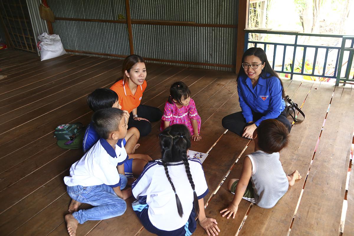 Ở một góc nhỏ khác của căn nhà, chị Vũ Thị Vân Hải - Phó ban Văn hoa-Đoàn thể và chị Nguyễn Phạm Duy Trang - Phó Chủ tịch thường trực Hội đồng Đội Trung ương cùng các em nhỏ ca hát, chơi trò chơi.