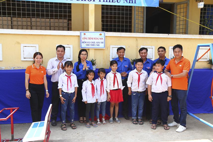 Các thành viên nhà F cũng đến thăm các trường Tiểu học ở xã Thường Thới Tiền và trao tặng các em thiếu nhi một công trình bể bơi, bốn điểm vui chơi giải trí, trị giá hơn 150 triệu đồng.