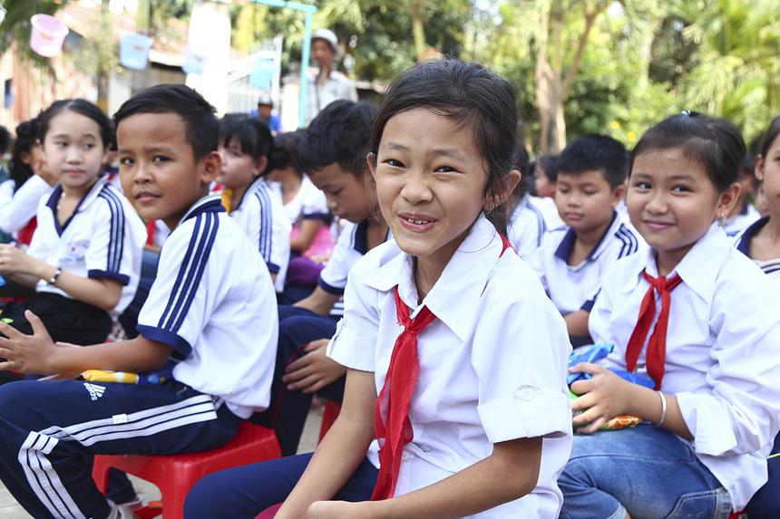 Niềm vui hiện rõ trên gương mặt của các em học sinh trường Tiểu học Thường Thới Tiền 1 khi đón nhận khu vui chơi, điều mà các em hằng mơ ước.