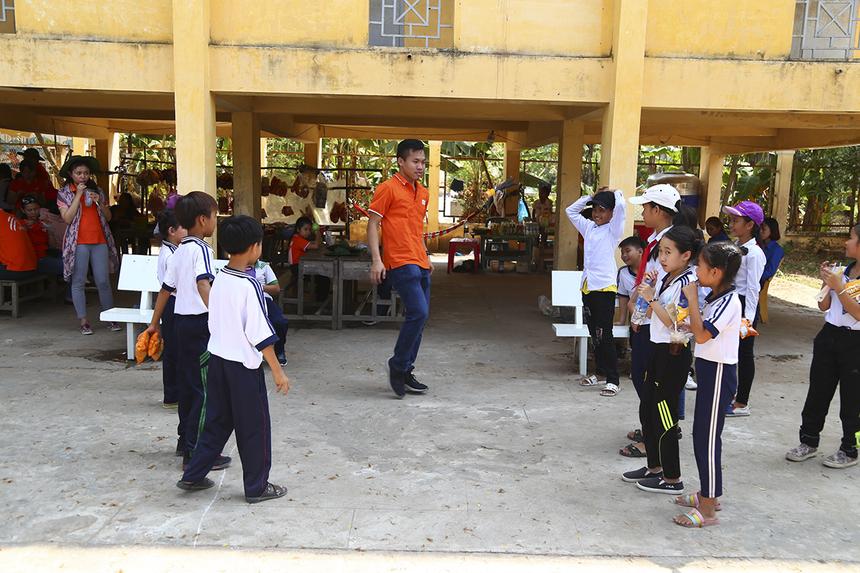 Không chỉ bàn giao khu vui chơi, các thành viên áo cam còn tham gia vui chơi, đá cầu, tập hát múa cho các em thiếu nhi. Với nhiều người nhà F, hoạt động này giúp mọi người như được trở về tuổi thơ.