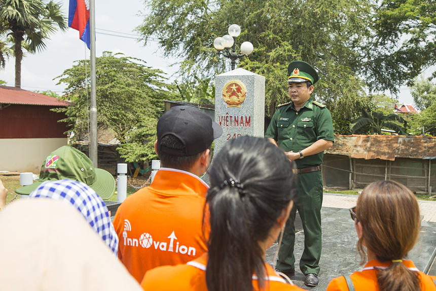 Hoạt động sau cùng khép lại chuỗi chương trình là chuyến viếng thăm cột mốc biên giới Việt Nam - Campuchia 240 và nghe các chiến sĩ đồn biên phòng cửa khẩu Thường Phước chia sẻ về quá trình bảo vệ biên giới và cuộc sống thường nhật.