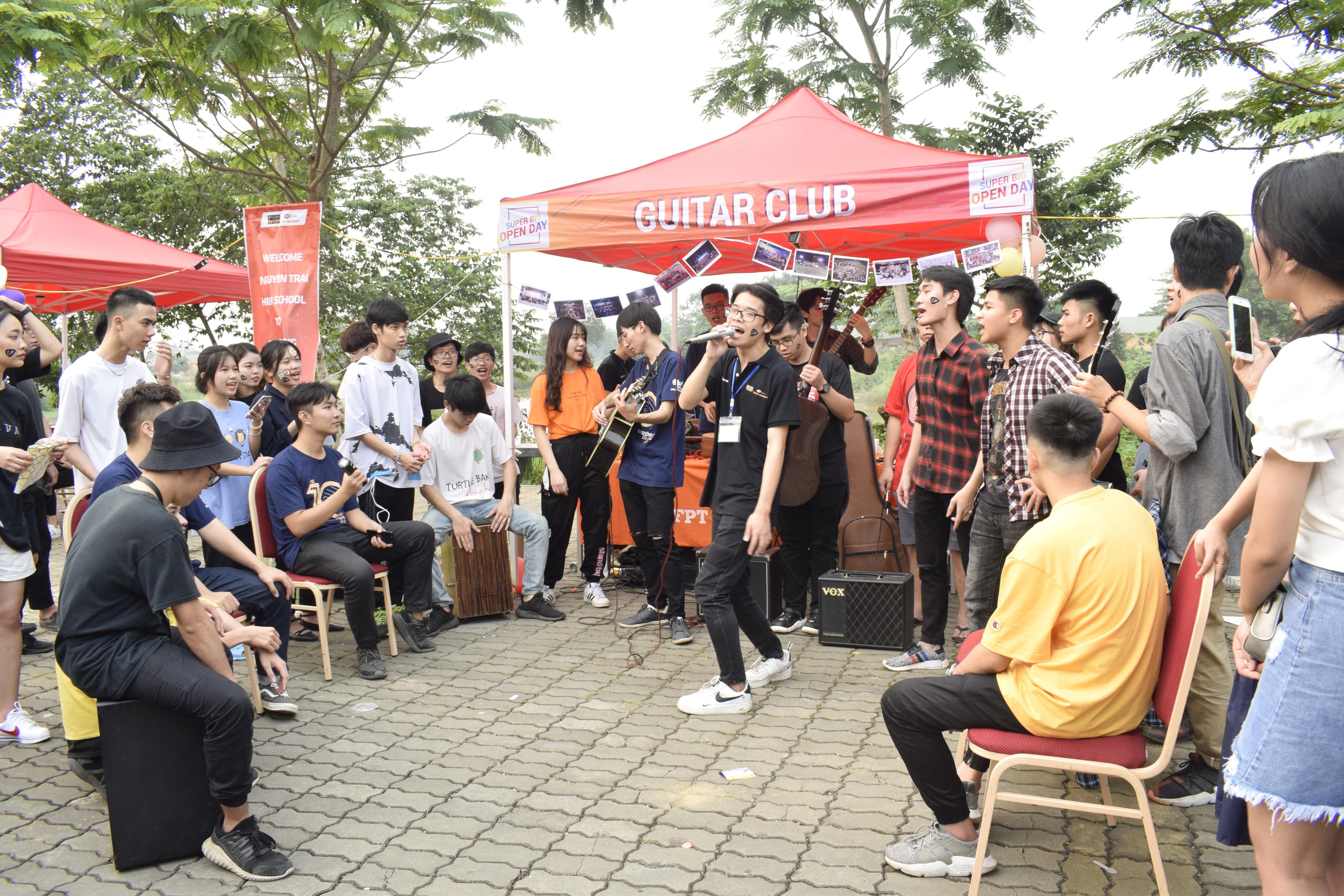 Bên cạnh đó còn nhiều hoạt động trải nghiệm hấp dẫn khác như học sinh được tham quan môi trường đại học hiện đại hàng đầu Việt Nam với khuôn viên rộng 30 ha, cùng tìm hiểu ngành nghề với đội ngũ giảng viên ĐH FPT, hoà mình vào hệ thống gần 50 CLB và tận hưởng 30 gian hàng ẩm thực đa dạng.