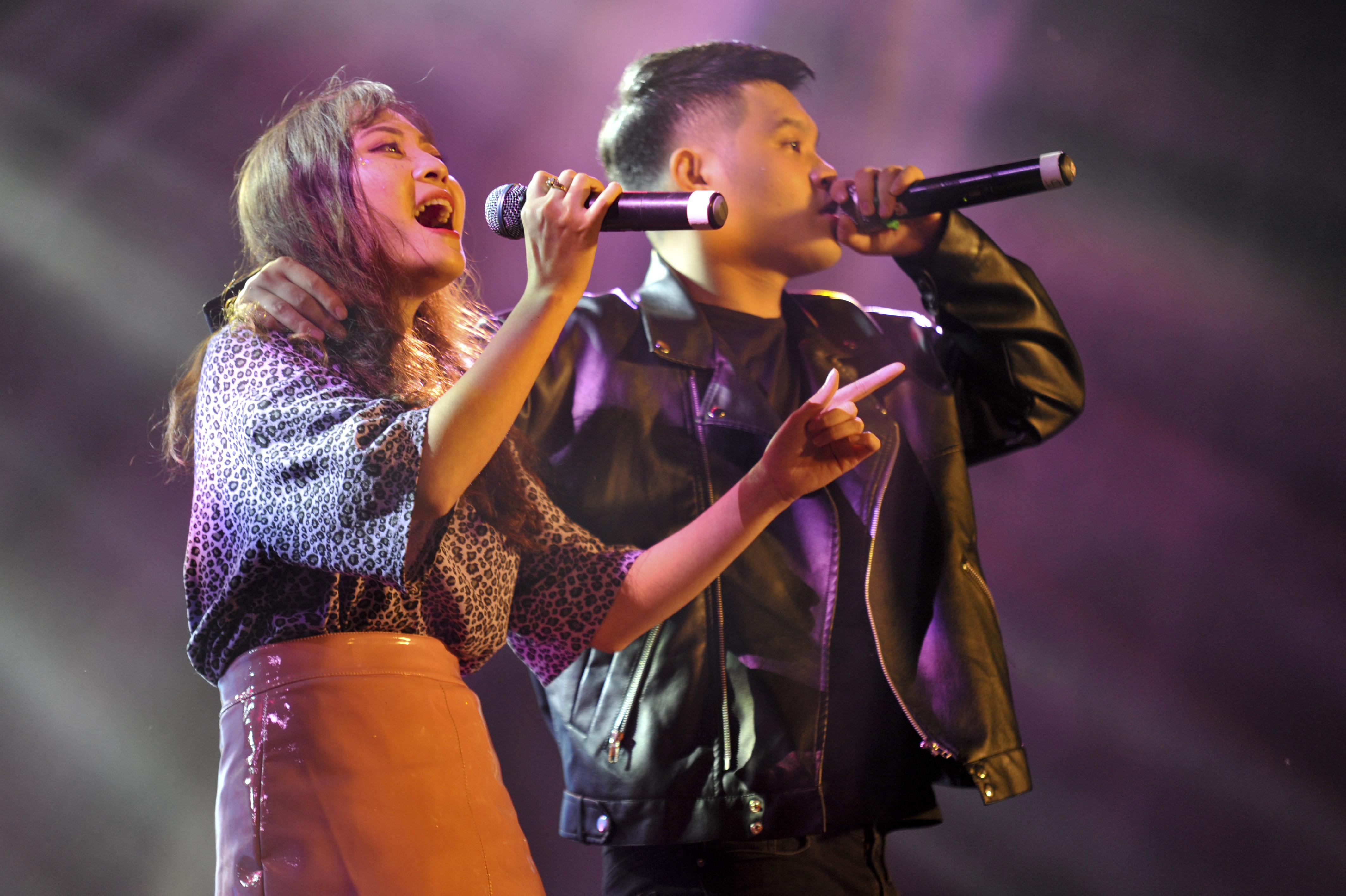 """Cặp đôi """"rất tình"""" Ngô Thanh Tú và Lương Hồng Vân cover ca khúc đang dẫn đầu các bảng xếp hạng """"Mượn rượu tỏ tình""""."""