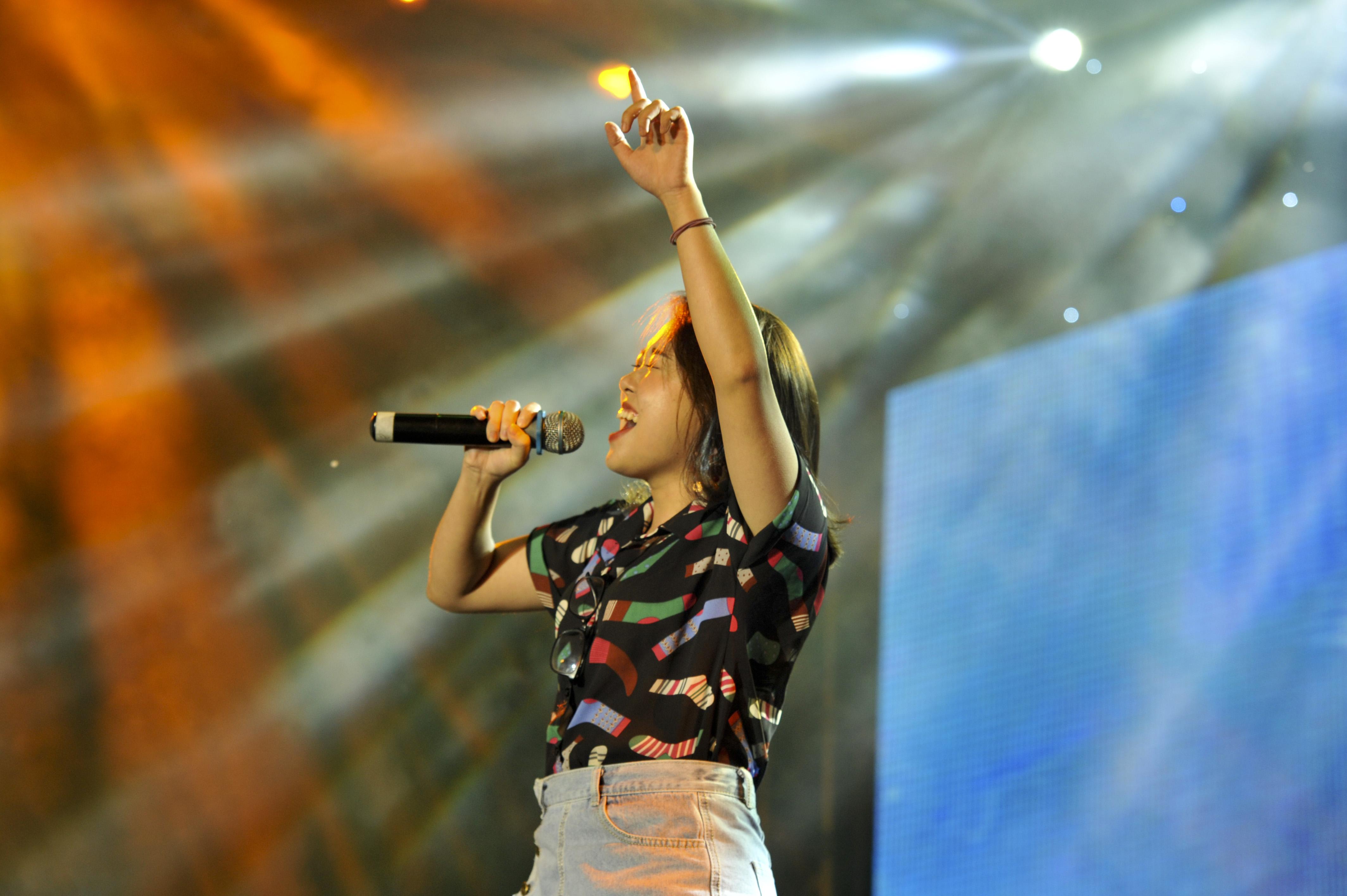 """Lê Hải Băng, cô nàng sinh viên năm nhất đầy tài năng của ĐH FPT, đã nắm giữ trái tim của hàng nghìn bạn trẻ qua một tác phẩm """"Xúy Vân giả dại"""" cùng CLB Guitar."""