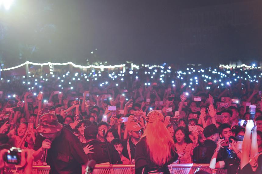"""""""Super Big Open Day"""" là sự kiện siêu hấp dẫn có 1-0-2 giúp các em học sinh cơ hội tìm hiểu sâu về ngành nghề, hiểu rõ hơn văn hoá của trường cũng như sinh viên FPT. Chương trình còn có sự tham gia của hai """"gương mặt thân quen"""" - nhà Vô địch Beatbox châu Á Trần Thái Sơn (Ban Văn hóa - Đoàn thể FPT) và quán quân Sing My Song mùa 2 - Lộn Xộn Band. Bên cạnh đó còn nhiều hoạt động trải nghiệm hấp dẫn khác như học sinh được tham quan môi trường đại học hiện đại hàng đầu Việt Nam với khuôn viên rộng 30ha, cùng tìm hiểu ngành nghề với đội ngũ giảng viên ĐH FPT, hoà mình vào hệ thống gần 50 CLB và tận hưởng 30 gian hàng ẩm thực đa dạng."""