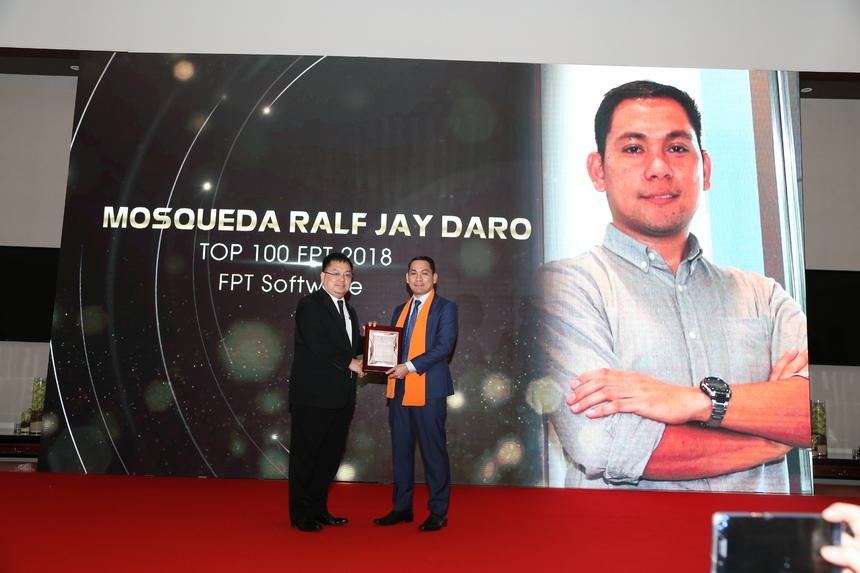 """Anh Mosqueda Ralf Jay Daro - Trưởng Văn phòng FPT Software Philippines - cảm thấy may mắn khi có mặt trong lễ tôn vinh Top 100. Ấn tượng với sự chuẩn bị kỹ lưỡng và hoành tráng của BTC, anh Raft xúc động khi từng người trong đoàn được lên tôn vinh một cách trang trọng. """"Tôi sẽ trân trọng từng khoảnh khắc của đêm nay"""", Raft chia sẻ."""