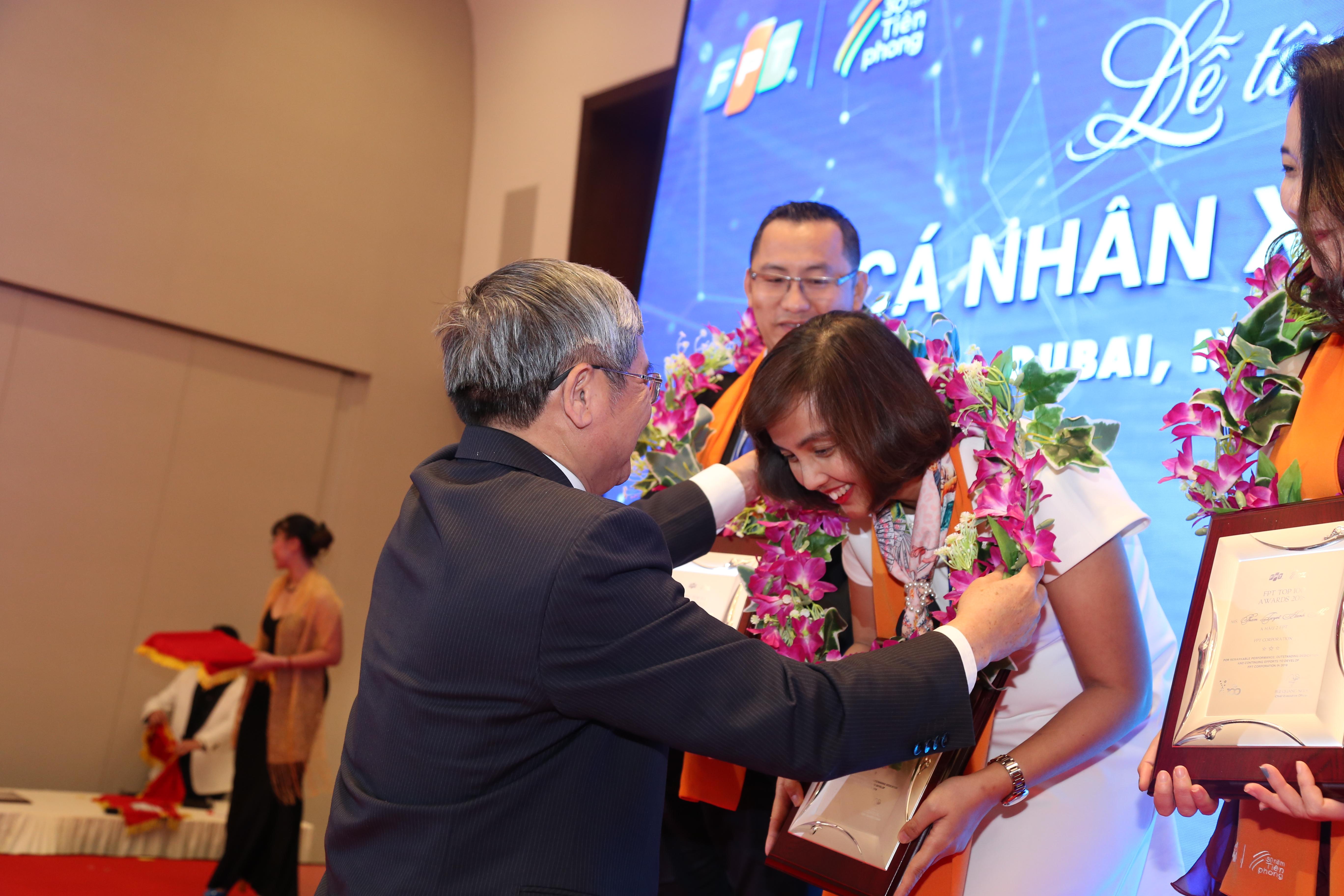 Phần tôn vinh đặc biệt dành cho 3 CBNV có thành tích xuất sắc nhất Tập đoàn năm 2018: Hoa hậu Nguyễn Đỗ Quyên (FPT Retail); 2 Á hậu lần lượt thuộc về anh Diệp Minh Hoàng (FPT Telecom) và chị Phạm Tuyết Hạnh Hà (FPT Education).