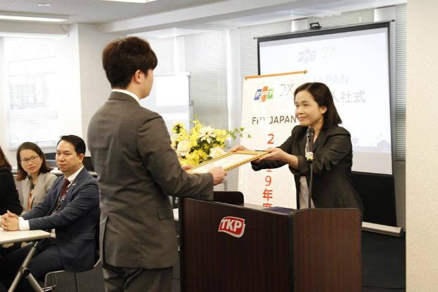 Chị Phạm Thị Quỳnh Như, Trưởng phòng Nhân sự FPT Japan trao chứng nhận gia nhập công ty cho 2 nhân viên người Việt và người Nhật, đại diện cho 130 nhân viên mới trong tháng 4. Ảnh: FPT Japan.
