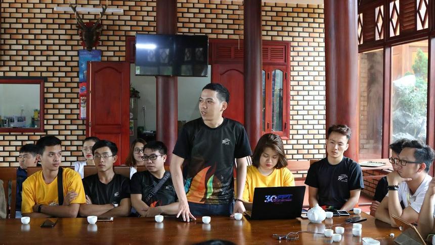 Chương trình đào tạo còn có sự tham gia của anh Nguyễn Thái Sơn, Trưởng Ban Văn hóa - Đoàn thể FPT Software. Anh đã có những chia sẻ thẳng thắn và giải đáp các thắc mắc, khó khăn mà đội ngũ cán bộ phong trào gặp phải. 4 đội còn đề ra nhiều phương án hay để tổ chức hoạt động phong trào nhằm gắn kết nhân viên và lãnh đạo lại với nhau.