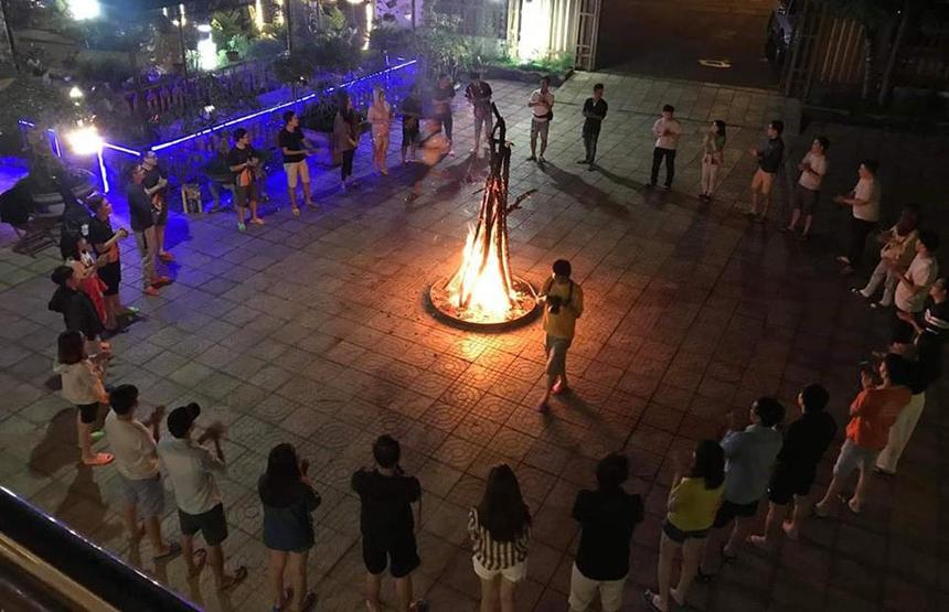 Bối tối các thành viên tham gia đốt lửa trại, hát STCo và tiếp tục giao lưu cùng nhau. Đây là nội dung không thể trong những khóa đào tạo cán bộ phong trào. Ngọn lửa thể hiện tinh thần nhiệt huyết và tuổi trẻ để cùng nhau hướng đến những mục cao hơn.