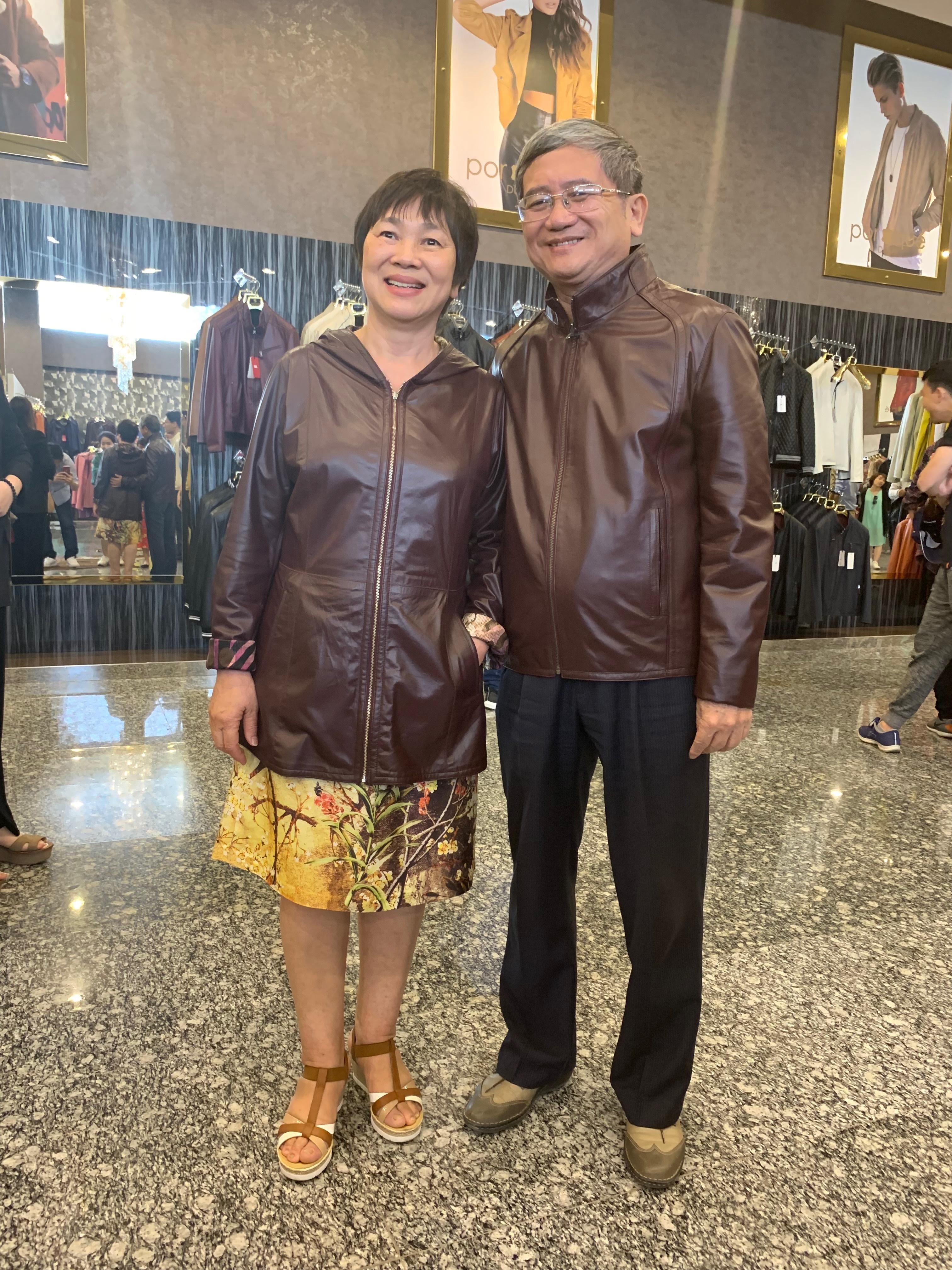 Anh Bùi Quang Ngọc - Phó Chủ tịch HĐQT FPT và phu nhân đã sắm một cặp áo đôi khá bảnh.