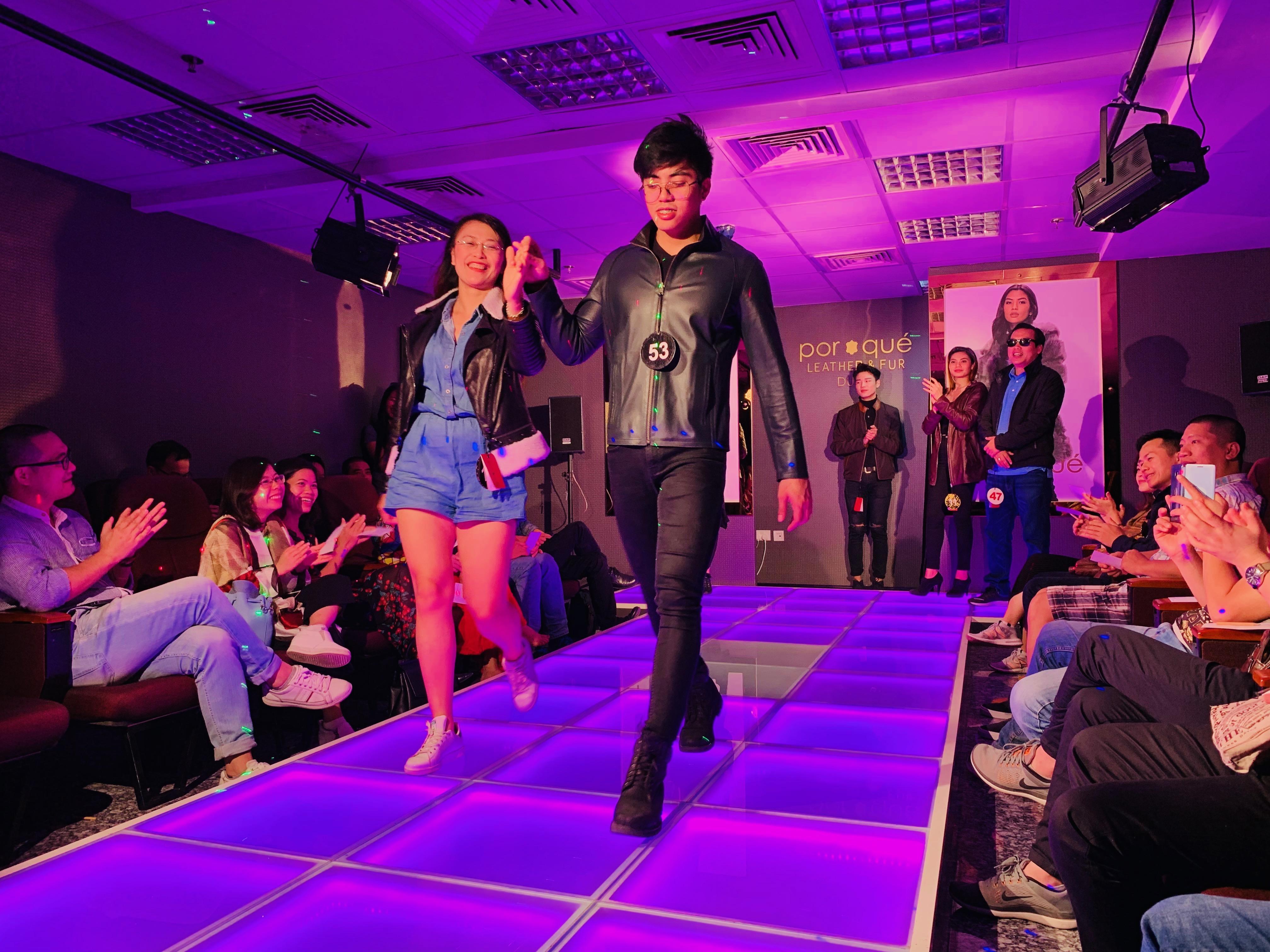Tại trung tâm thời trang đồ da hàng hiệu danh tiếng Por-Qué, các thành viên trong đoàn chiêm ngưỡng những sản phẩm chất lượng và sang trọng nhất của nhãn hàng.