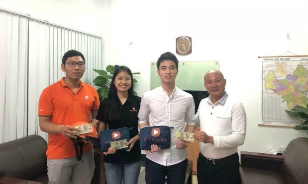 Anh Lê Công Triệu - GĐ HN2 thưởng nóng cho 3 saleman vì hành động đẹp.