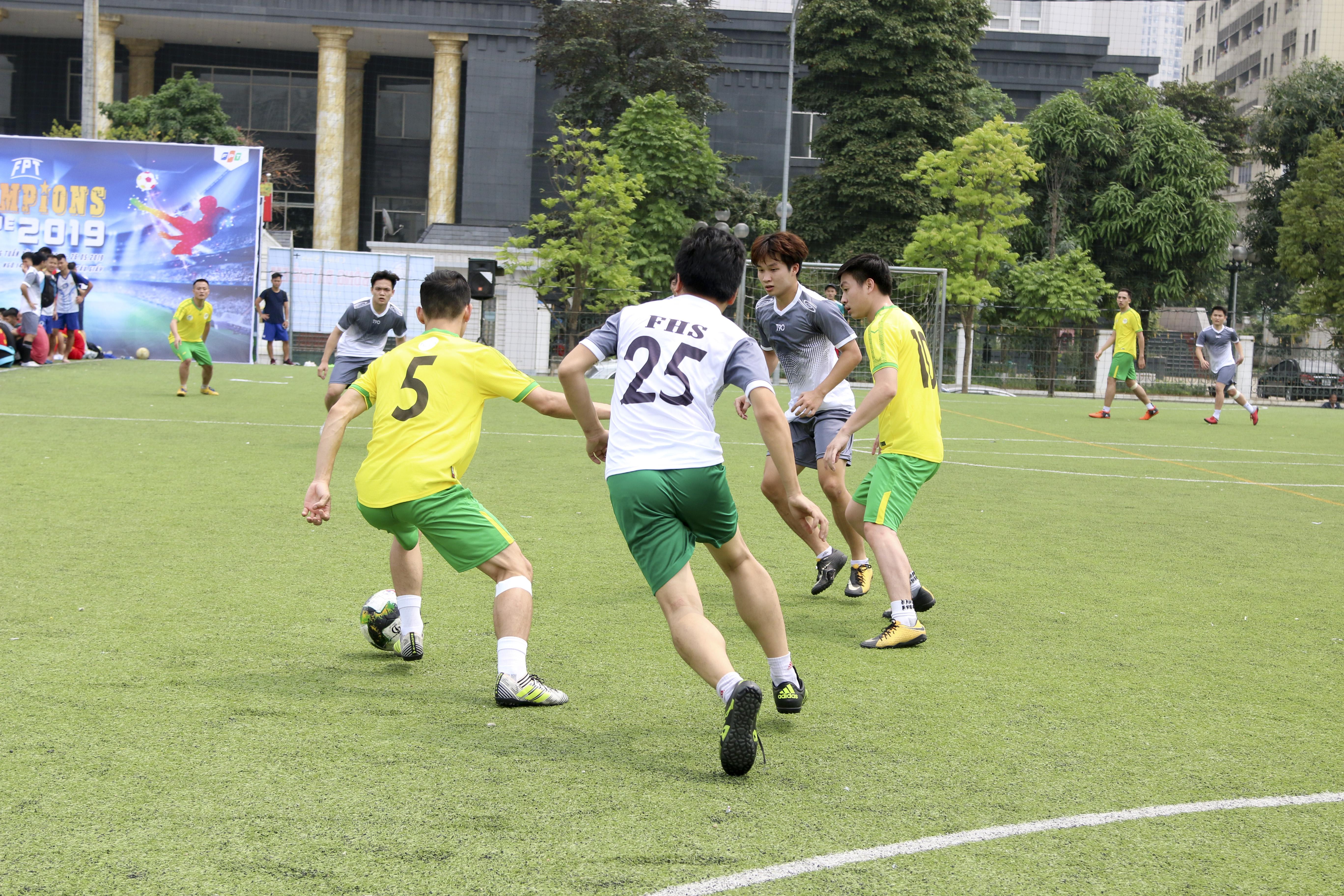 Cùng nhau chia điểm với tỷ số 3-3 trong ngày ra quân là FSOFT FHS và FTEL1. Đây là kết quả xứng đáng khi hai đội chơi ngang tài ngang sức trong toàn trận đấu.