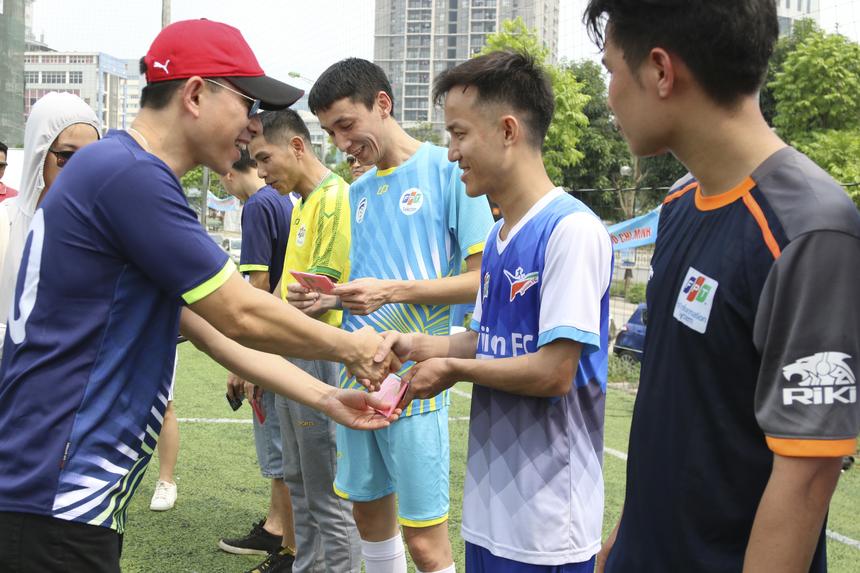 """TGĐ FPT Telecom nhà """"Cáo"""" trao tấm băng đội trưởng cho đại diện từng đội bóng."""