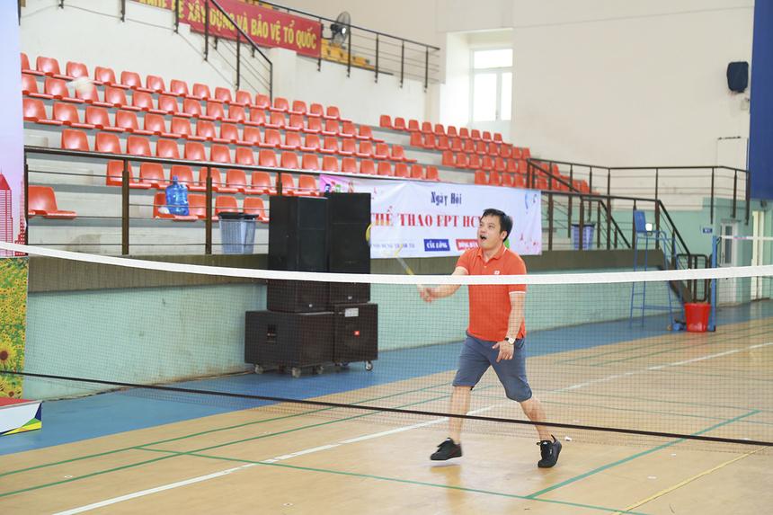 """Năng nổ không kém cạnh các VĐV, tân TGĐ FPT - anh Nguyễn Văn Khoa cũng xỏ giày mang vợt ra sân thi đấu giao hữu với các VĐV kỳ cựu của nhà F phía Nam. Chính anh là người thực hiện nghi thức """"khai vợt"""" để mở màn ngày hội."""