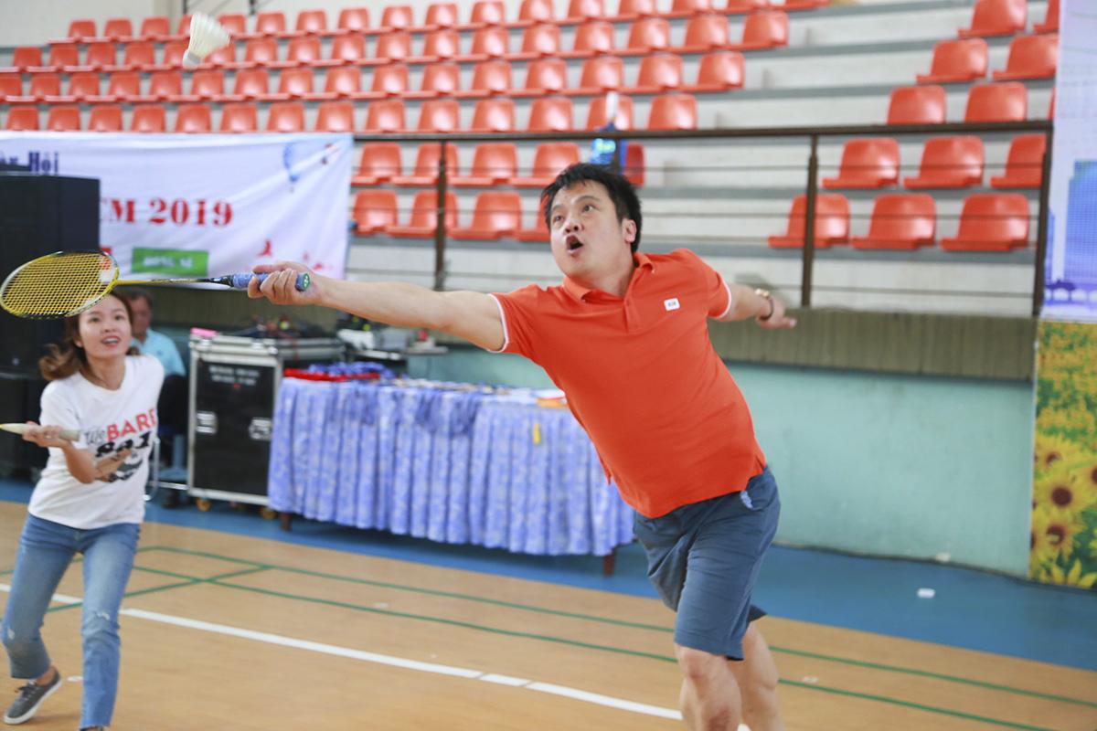 Ở bên lề hội thao còn có các trận đấu bên lề, anh Nguyễn Văn Khoa - Tân TGĐ FPT tỏ ra rất sung sức và hài hước khi cầm vợt so tài cùng chị Vũ Thị Vân Hải (Phó Ban Văn hóa - Đoàn thể FPT) trong loạt trận giao hữu của các cán bộ nhà F.