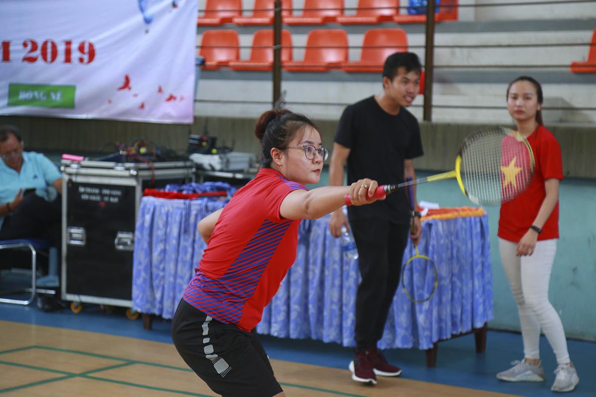 Chị Lê Thị Minh Thái (Synnex FPT) có lẽ là VĐV tất bật nhất trong Ngày hội Thể thao khi vừa là diễn viên ở 2 tiết mục múa, vừa xỏ giày cầm vợt ra sân ở nội dung đơn nữ.