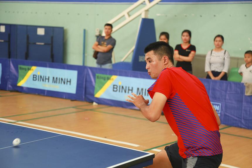 Gây chú ý nhất với khán giả là VĐV Lâm Sư Văn (Synnex FPT) khi anh có lối anh tấn công hấp dẫn với những tiếng hét sau từng pha ghi điểm như những tay vợt chuyên nghiệp.