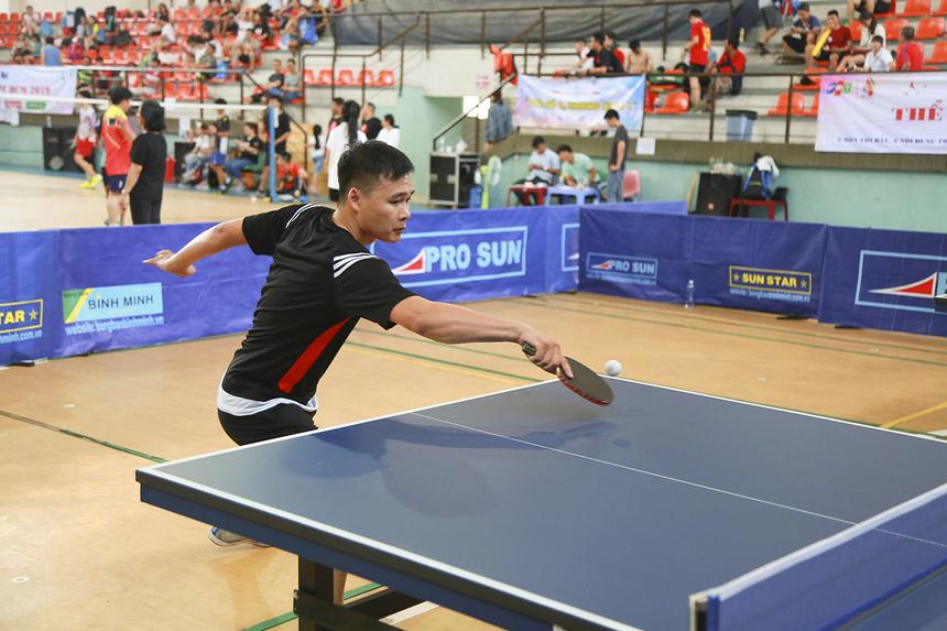 Đối thủ trong trận chung kết môn bóng bàn của VĐV Lâm Sư Văn chính là anh Nguyễn Quốc Lực (FPT Retail) - bạn tập quen thuộc trong những trận đánh giao lưu.