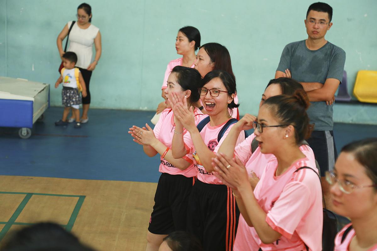 Trong khi các đồng đội thi đấu thì các cô gái bộ môn bóng né nhiệt tình cổ vũ khắp mặt sân. Năng nổ nhất trong số đó có thể kể đến đội cổ vũ của Synnex FPT với trang phục hồng cánh sen nổi bật.