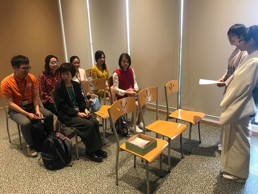 Khóa học Trà đạo diễn ra trong 6 tháng với học viên là các CBNV có mong muốn tìm hiểu về Trà đạo, văn hóa Nhật Bản. Bên cạnh đó, khóa học còn dành cho các CBNV đã, đang và sẽ làm việc với khách hàng Nhật.
