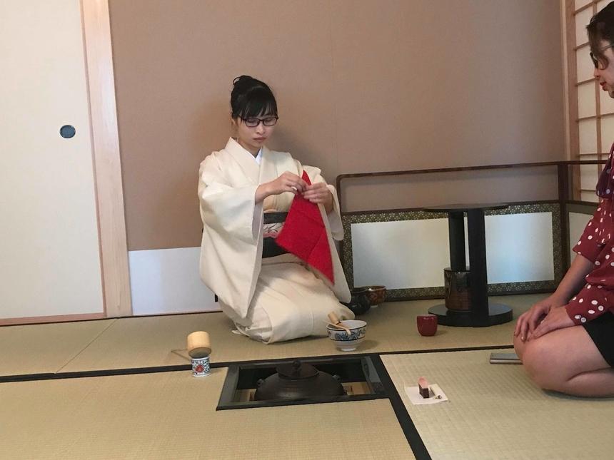 Giảng viên thực hành pha trà mẫu các học viên xem trước khi thực hành.