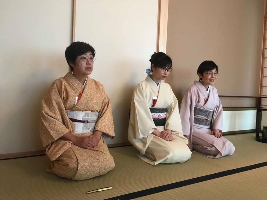 Giảng viên của khóa học đặc biệt này là 2 trà nhân người Nhật thuộc CLB Trà đạo Urasenke tại Hà Nội và một phiên dịch viên người Việt có nhiều năm học tập và làm việc tại xứ anh đào.
