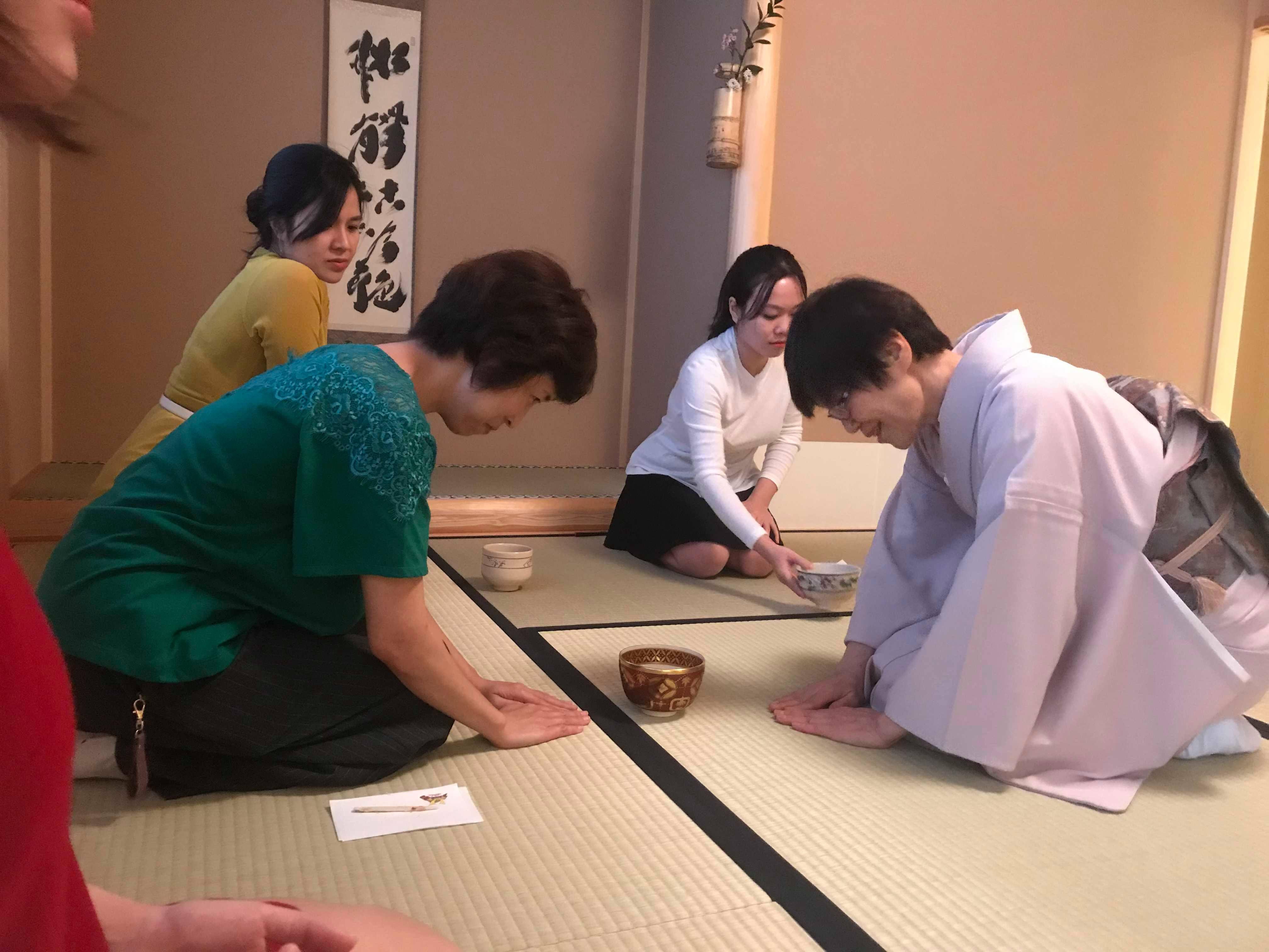 """CBNV nhà F còn được học cách tiếp trà, nhận trà và thưởng trà sao cho đúng chuẩn Nhật. Lần đầu được tiếp xúc với văn hóa Trà đạo, Mai Thị Thu Hà, FPT Software, bày tỏ sự hào hứng, thích thú: """"Tôi đã học được thêm rất nhiều điều từ Trà đạo. Đó không chỉ là một nét văn hóa đặc sắc của Nhật Bản mà từ đây tôi cũng rèn luyện cho mình nhiều đức tính tốt của người Nhật""""."""